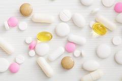 Pillole sulla tavola di legno bianca Fotografia Stock