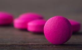 Pillole tablets capsula Mucchio delle pillole Priorità bassa medica Primo piano del mucchio delle compresse di verde giallo - cap Fotografia Stock Libera da Diritti