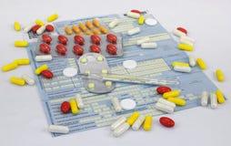 Pillole, termometro su una malato-lista Fotografia Stock