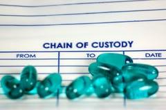 Pillole verdi su un sacchetto di prova Fotografia Stock Libera da Diritti
