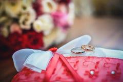 pillow att gifta sig för cirklar royaltyfria foton