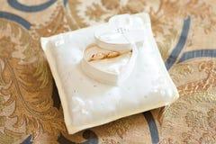 pillow att gifta sig för cirklar Arkivfoton