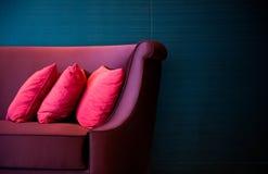 pillows den röda sofaen Fotografering för Bildbyråer