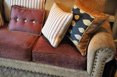 pillows sofaen fotografering för bildbyråer