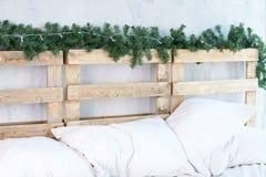 pillows white huvudgavel grön spruce för filial arkivbilder