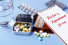 Pills with doctor appointment note Royalty Free Stock Images