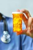 pills för flaskholdingsjuksköterska Royaltyfri Fotografi