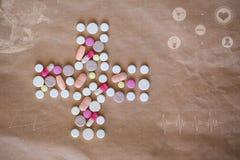 pills Hälsokors av kulöra preventivpillerar och medicinska symboler, grafer, diagram Royaltyfri Fotografi