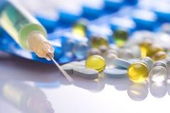 Pills och injektionsspruta Arkivfoton