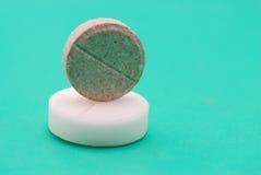 Pills på turkosbakgrund Royaltyfri Foto
