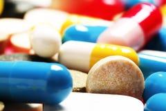 pills som en bakgrund Vitaminer och antibiotikummar arkivfoto