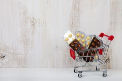 pills som shoppar trolleyen Fotografering för Bildbyråer