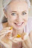 pills som tar kvinnan Arkivbilder