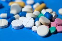 pills Vita medicinska preventivpillerar på blå bakgrund Royaltyfri Foto