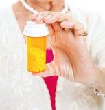 Pillules aînées de prescription de fixation photo stock