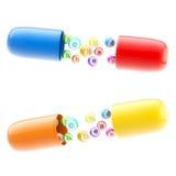 Pillules d'isolement avec des vitamines et des éléments à l'intérieur Photographie stock libre de droits