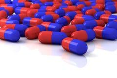 Pillules de capsule de couleur sur le fond blanc Image libre de droits