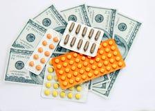 Pillules de médecine avec de l'argent Photographie stock
