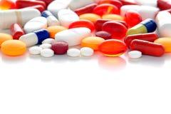 Pillules de médicaments délivrés sur ordonnance au-dessus de blanc photos stock