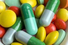 Pillules et tablettes colorées de plan rapproché Images libres de droits