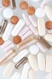 Pillules et tablettes médicales images stock