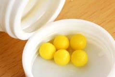 Pillules jaunes de dragée Image libre de droits