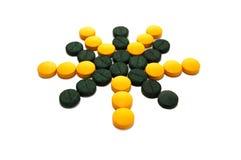 Pillules jaunes et vertes sous forme d'étoile Photos stock
