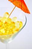 Pillules Omega-3 comme boisson tropicale images stock