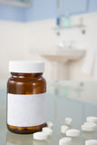 Pillules sur l'étagère de salle de bains Image stock