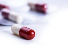 Pillules tablettes capsule Segment de mémoire des pillules Fond médical Plan rapproché de la pile des comprimés blancs rouges - c Photo stock