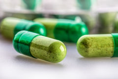 Pillules tablettes capsule Segment de mémoire des pillules Fond médical Plan rapproché de pile des comprimés de vert jaune Photos stock