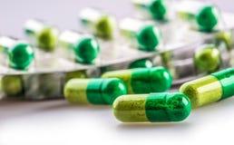 Pillules tablettes capsule Segment de mémoire des pillules Fond médical Plan rapproché de pile des comprimés de vert jaune Photos libres de droits
