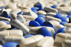 Pillules, tablettes et capsules blanches et bleues Photo libre de droits