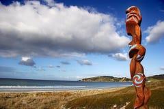 pilnować maoryjski rzeźby na plaży Obraz Royalty Free