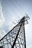 Pilon da linha elétrica em um dia ensolarado Fotografia de Stock Royalty Free