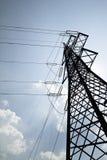 Pilon de la línea eléctrica en un día soleado fotos de archivo