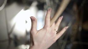 Pilon de participation de femme action Le plan rapproché de la belle main femelle tord professionnellement le pilon Femelle profe clips vidéos