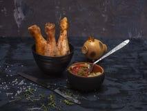 Pilon de poulet cuit au four, salade de légume et d'oeufs, vaisselle noire et couverts photo stock