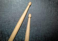 Pilon en bois à l'arrière-plan noir de texture Photos libres de droits