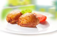 Pilon et légumes de poulet grillés sur le fond brouillé Images libres de droits