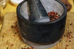 Pilon et mortier avec le grain de poivre de mélange image libre de droits