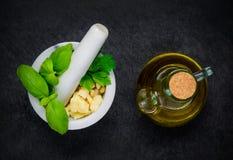 Pilon et mortier avec Olive Oil photographie stock libre de droits
