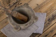 Pilon et mortier sur la table images stock