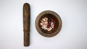 pilon et mortier thaïlandais avec l'ail et les piments photos libres de droits