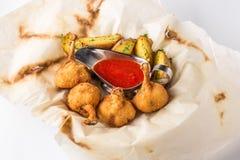Pilon et pommes de terre de poulet grillés sur le fond blanc Image libre de droits
