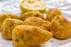Pilon rôti de poulet avec un citron sur le fond Photographie stock libre de droits