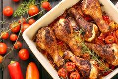 Pilon rôti de poulet avec des légumes dans une casserole Photos stock