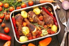 Pilon rôti de poulet avec des légumes dans une casserole Photo stock