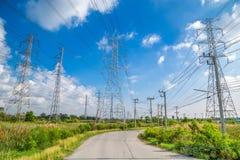 Pilone ad alta tensione di elettricità con il fondo del cielo blu Fotografie Stock