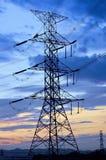 Pilone ad alta tensione di elettricità contro cielo blu Fotografie Stock Libere da Diritti